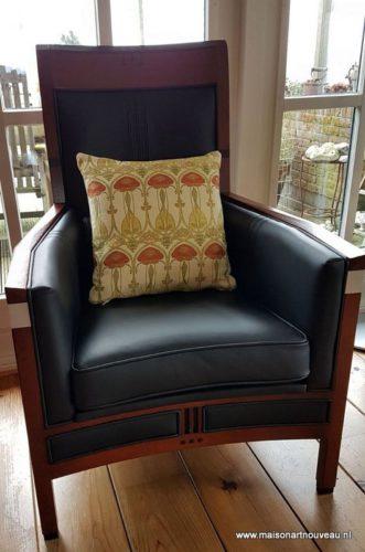Schuitema stoel met stoffen art nouveau kussentje