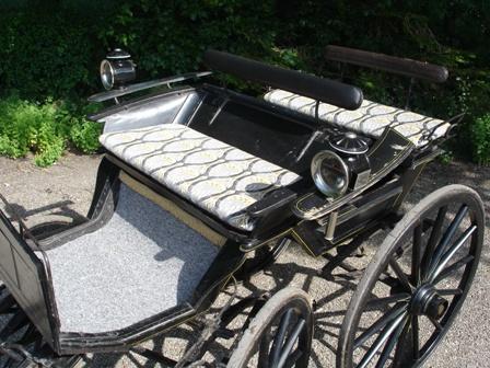 rijtuig met kussens van Art Nouveau fluweel achter paard van klant