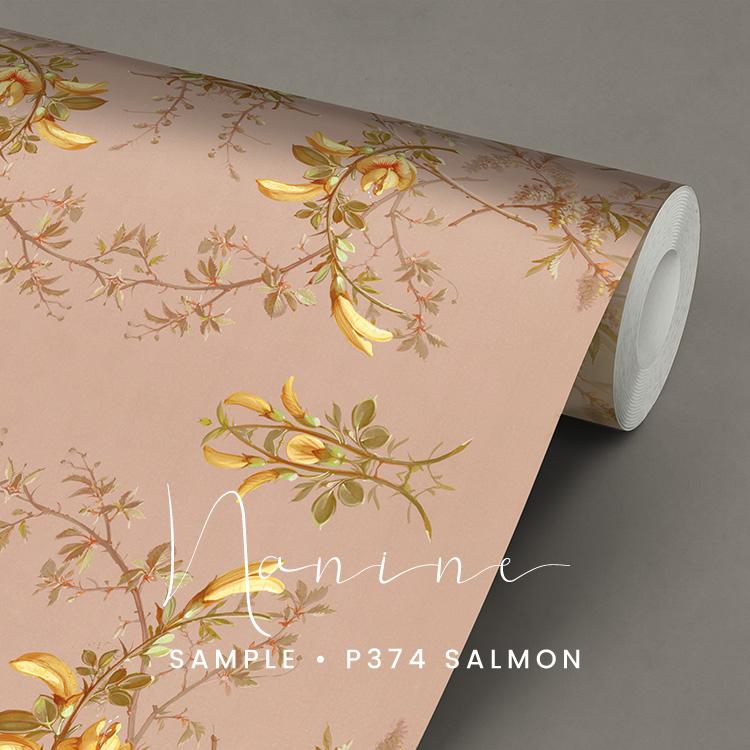 P374 Nanine behang zalmkleurig met gele bloemen