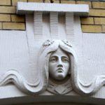 Art Nouveau gevelsteen vrouwenhoofd